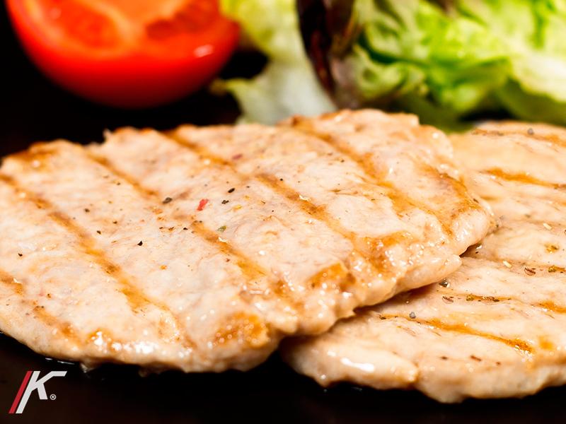 Filetes de hamburguesa de pollo con lechuga y tomate